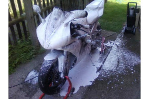 Фотография мотоцикла в пене, нанесенной пенной насадкой.