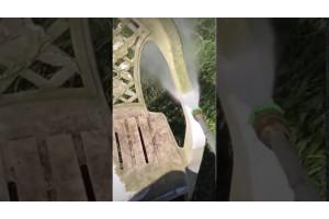 Видео мойки очень грязного садового стула при помощи мойки