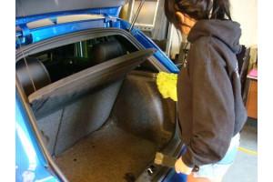 Варежкой из микрофибры очень удобно вытирать пыль интерьера автомобиля